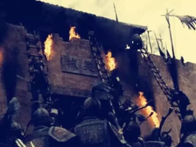 古代打仗时,守城士兵为何不把攻城的云梯推倒以绝后患呢?