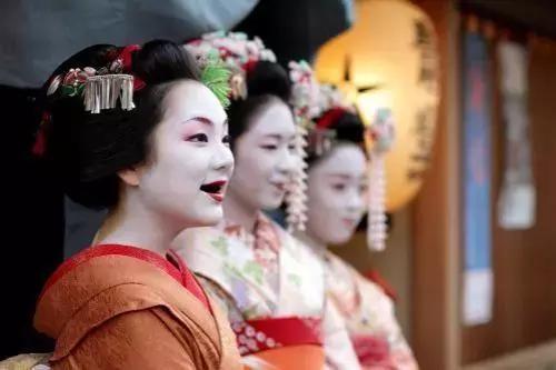 为什么古代日本女人把眉毛剃光,牙齿涂黑视为最美?