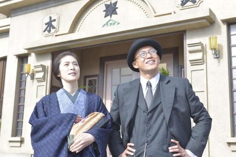 """她靠台湾樟脑成为日本首富,却又一夕败光家产!揭密百年前传奇企业""""铃木商店""""的兴衰"""